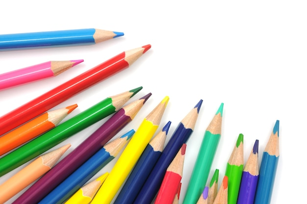 Группа разноцветных карандашей, изолированные на белом фоне