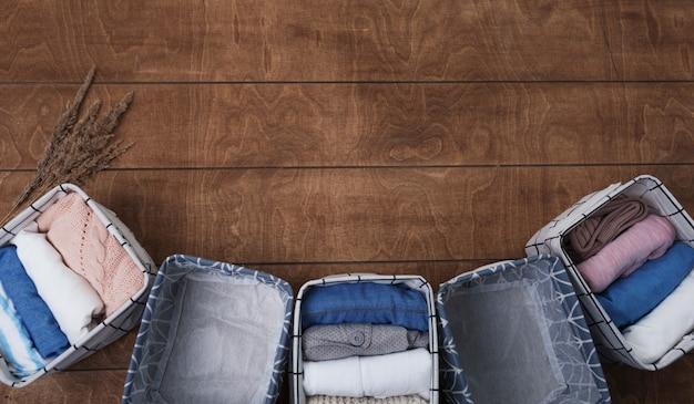 Группа одежды из органического хлопка, которую можно сложить в белые корзины. концепция организации туалета.