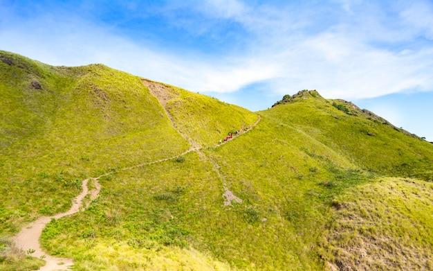 Группа людей поднимается по пути к вершине острова падар в национальном парке комодо