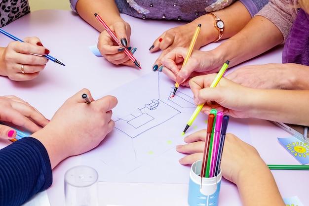 人々のグループが共同で彼らの仕事を解決します。