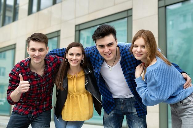 웃는 친구 그룹이 카메라를 포옹하고 미소