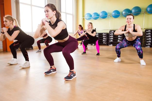 피트니스 훈련에서 기본 근육을 강화하기 위해 운동하는 스포츠 성인 여성 그룹입니다.