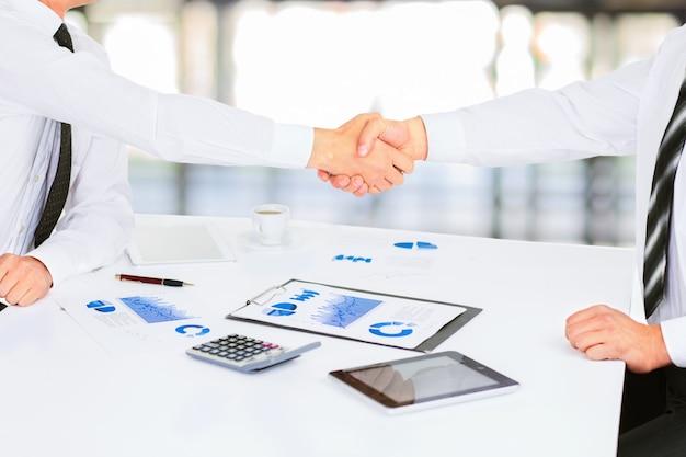 Группа успешных бизнесменов. обсуждение схем и графиков предприятия.