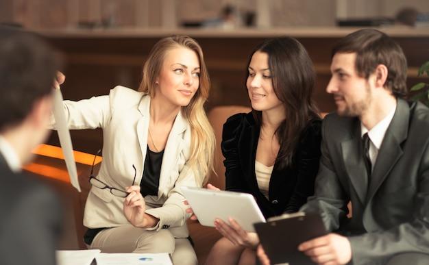 成功したビジネスマンのグループ。会社の重要な契約についての議論。