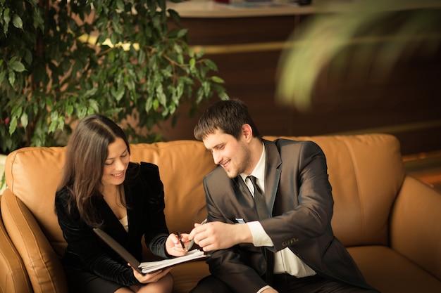 成功したビジネスマンのグループ。会社の重要な契約についての話し合い。