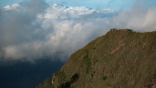 観光客のグループが山の中を歩きます。バリ