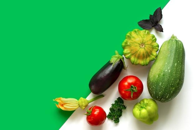 야채 그룹이 대각선으로 배치됩니다. 최소한의 현대 디스플레이 개념. 토마토, 호박, 스쿼시를 수확하십시오.