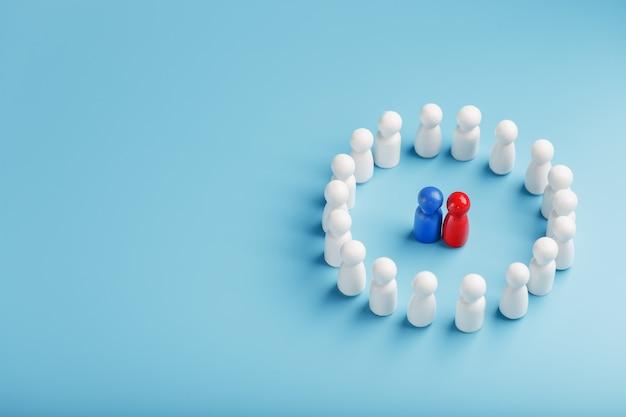 白人のグループが青赤色のスピーカーの候補者の周りに立って、対立、リーダーの対決、議論に耳を傾けます。