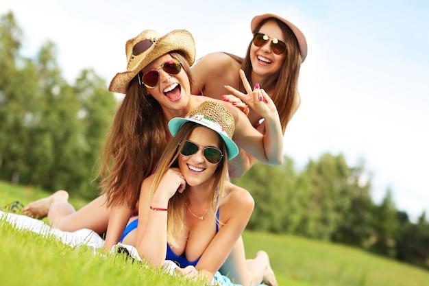 야외에서 재미 bikin의 여성 그룹