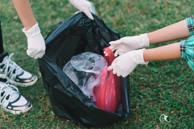 Группа молодых азиатов убирают пластиковый мусор в парках