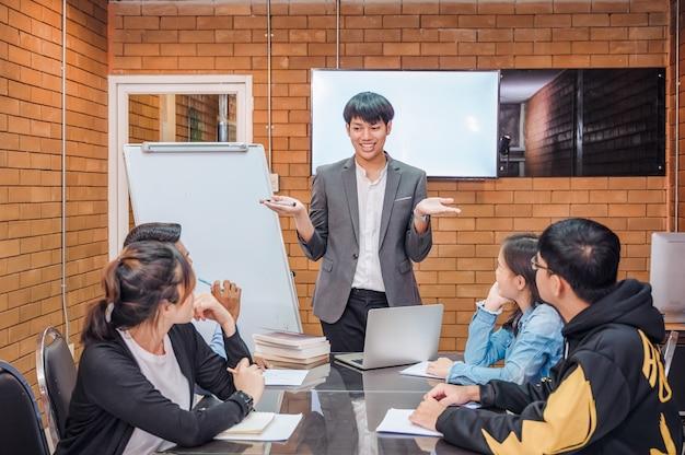 若いビジネスマンのグループが組織の運営を計画しています。専門家のコーチとアドバイスやアドバイスを与える