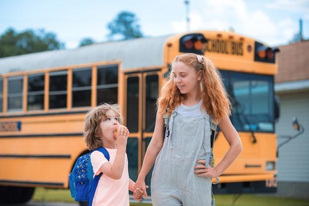 スクールバスに乗る幼児のグループ。