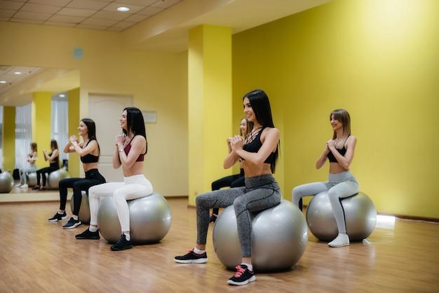 어린 소녀의 그룹 공에 체력에 종사. 건강한 생활.