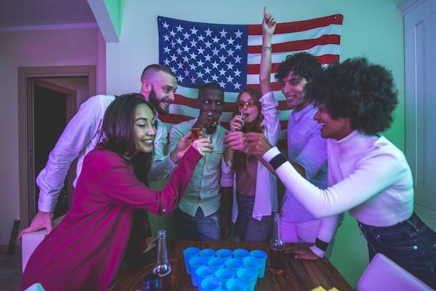 집에서 파티를 축하하고 만드는 젊은 사람들의 그룹