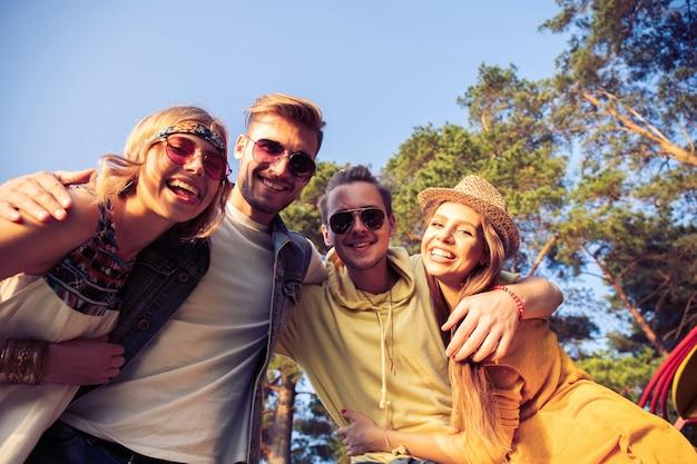 Группа друзей молодых людей делает селфи на природе. лето, отпуск, развлечения, концепция дружбы