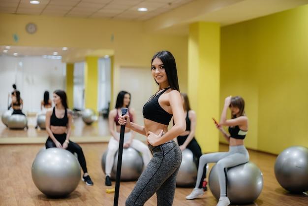 운동 후 체육관에서 포즈를 취하는 젊은 스포츠 여자의 그룹. 적합. 건강한 생활.