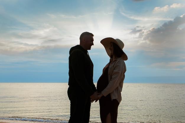 바다의 남자와 여자. 물에 몇 사랑입니다. 해변의 사람들