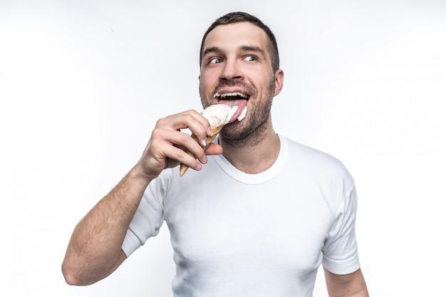 白いtシャツを着た男が白い背景にアイスクリームを食べる