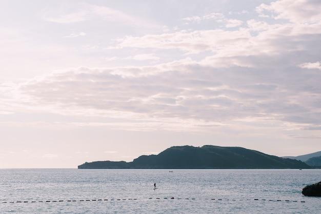 모터로 아드리아 해 부드 바 몬테네그로 날개 달린 전기 서핑에서 전기 서핑을 타는 남자