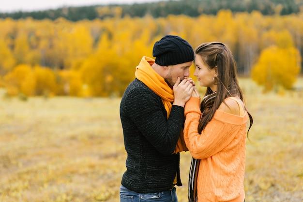 男は彼の最愛のガールフレンドの手のひらを暖めます