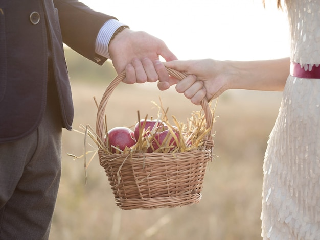 りんごが入ったバスケットを手に持った女の子の男。アップルが救った