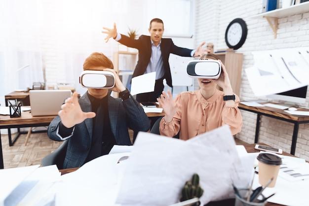 女の子と男は、仮想現実の眼鏡を楽しんでいます。