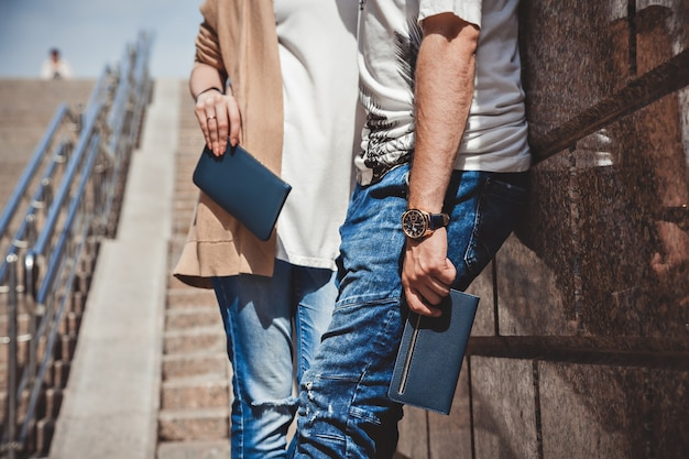 손에 지갑을 들고 거리에 여자와 남자