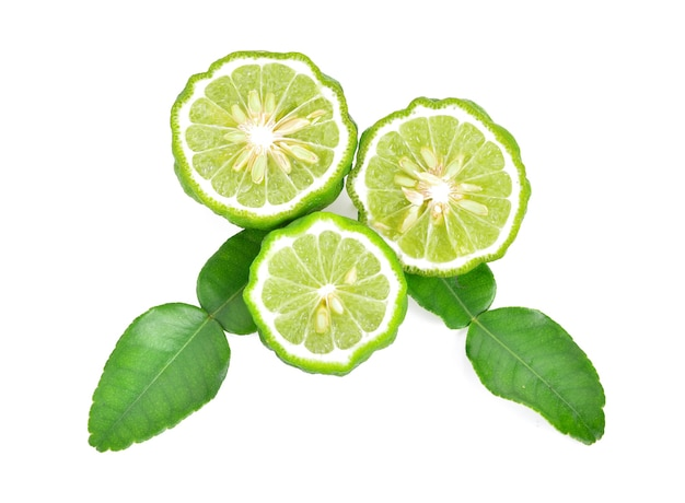 Половина плода бергамота с зеленым листом, изолированные на белом фоне