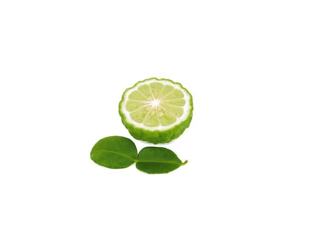 白で隔離される緑の葉とベルガモットの果実の半分