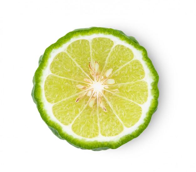 Половина бергамота или kaffir при семена изолированные на белой предпосылке.