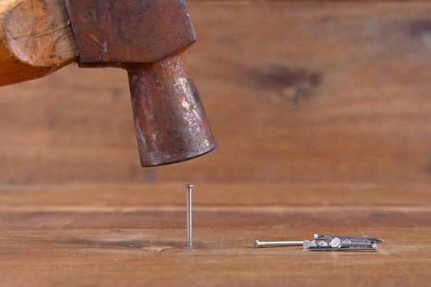 ハンマーの釘が木の板にぶつかった