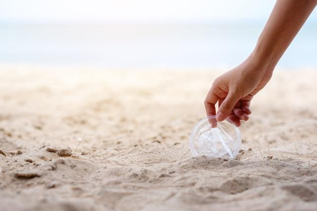 Ручная уборка и сбор пластикового стеклянного мусора на пляже