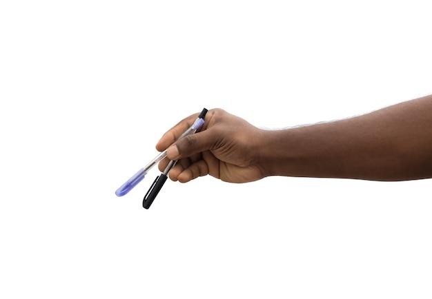 孤立した白い背景に指で2本のペンを持っている手