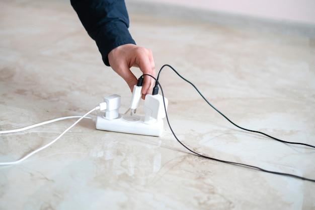충전기를 다중 소켓 플러그, 배선 소켓에 손으로 삽입