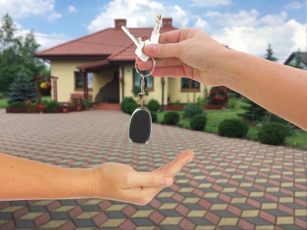 手がキーホルダーで鍵を握っています