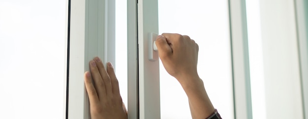 部屋の中に新鮮な空気を取り入れるための手で開いた窓