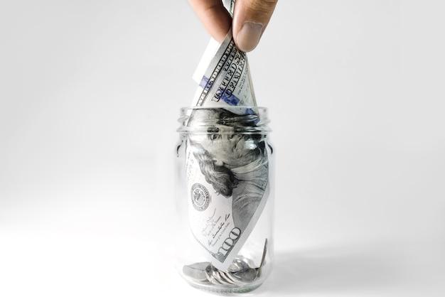 手はガラスから百ドルを取り出します、クローズアップ。