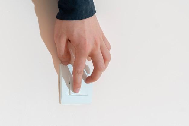 手で電源スイッチを入れ、自宅の電気をつけます