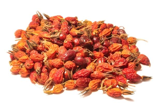 Горсть сушеных ягод шиповника, изолированные на белом