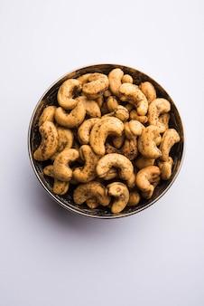 한 줌의 구운 매운 캐슈넛 또는 마살라 카주를 그릇에 담아 선별적인 집중
