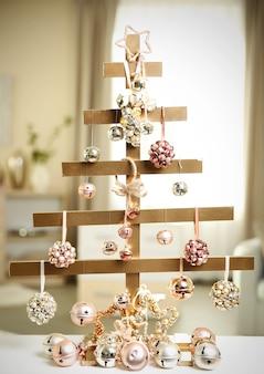 部屋のテーブルに手作りのクリスマスツリーとつまらないもの