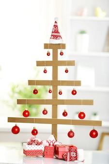 手作りのクリスマスツリーとテーブル、部屋のプレゼント