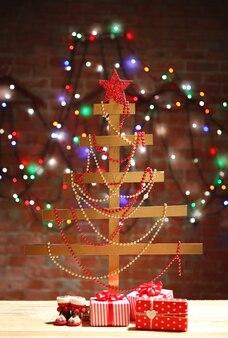 手作りのクリスマスツリーと壁の表面にプレゼント