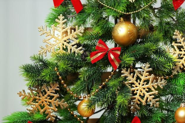手作りのクリスマスツリーと白い壁の背景にプレゼント、クローズアップ