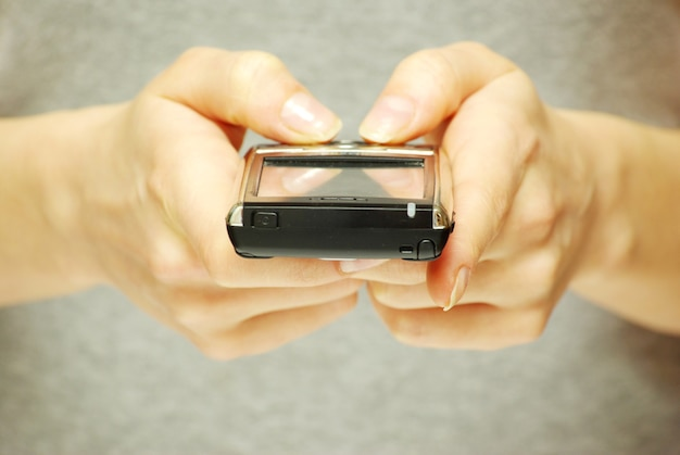 Руки держат мобильный телефон для поддержки