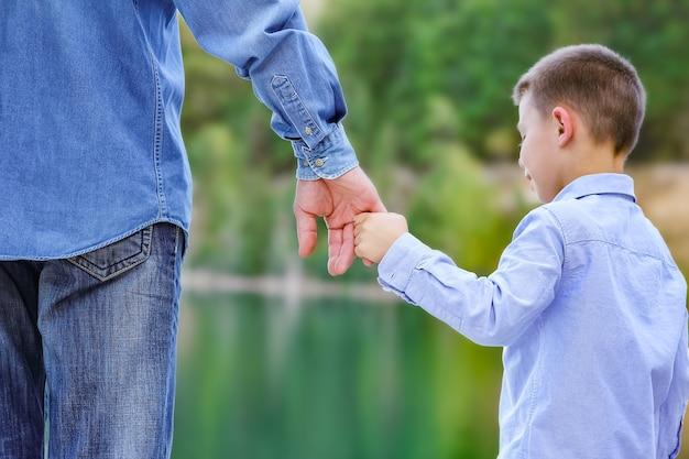 공원 여행에서 자연 속에서 부모와 자식의 손