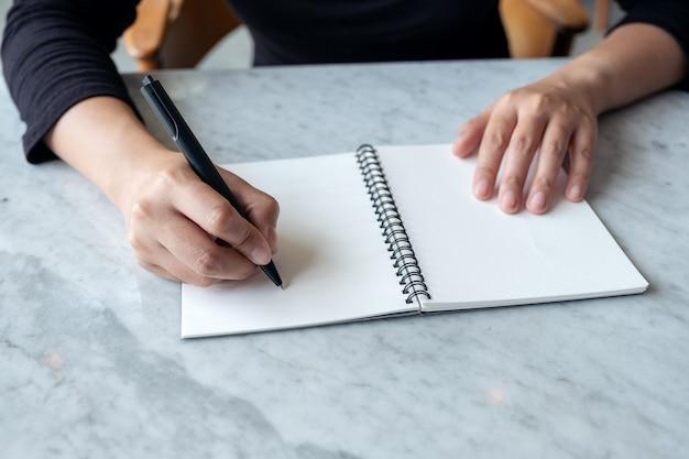 空白のノートに書く手
