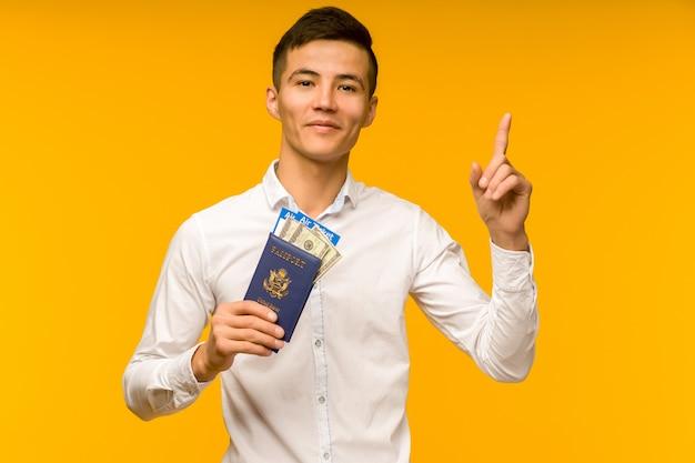 白いシャツを着たハンサムなアジア人男性が宝くじに当選することを喜んでいます