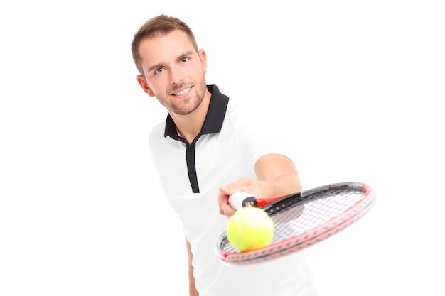 흰색 배경 위에 라켓을주는 잘 생긴 테니스 선수