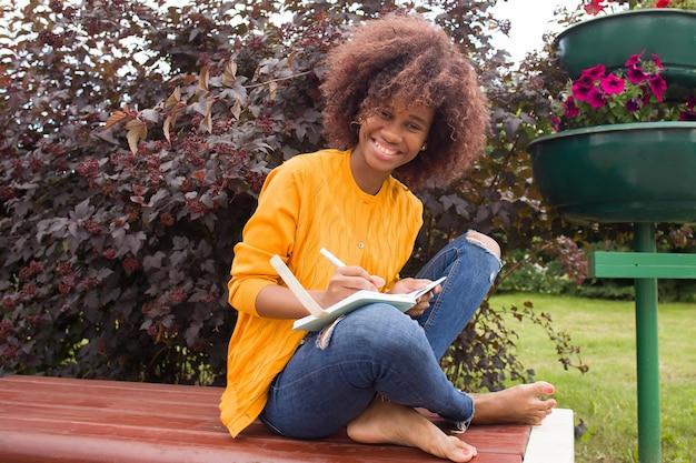 공원에서 행복하고 젊은 아프리카 계 미국인 학생